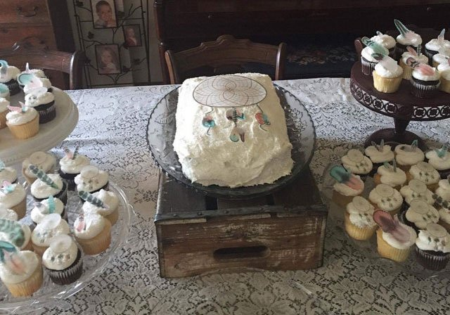 Wickstead's-Customer-Photo-of-our-Cotton-Candy-Feathers-&-XL-Dreamcatcher-on-cupcakes-and-a-sheet-cake