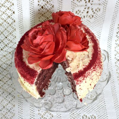 Wickstead's-Eat-Me-Edible-3D-Roses-Sugar-Free-Vanilla-Wafer-Rice-Paper-Red-on-red-velvet-cake